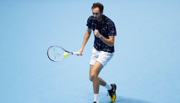 Медведев обыграл Джоковича и обеспечил место в полуфинале Итогового турнира АТР