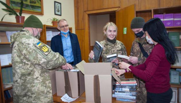 Компания Yakaboo передала военнослужащим 500 книг