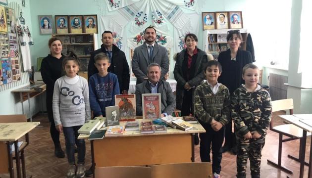 Українські дипломати передали художню літературу гімназії ім. Марка Вовчка в Гагаузії