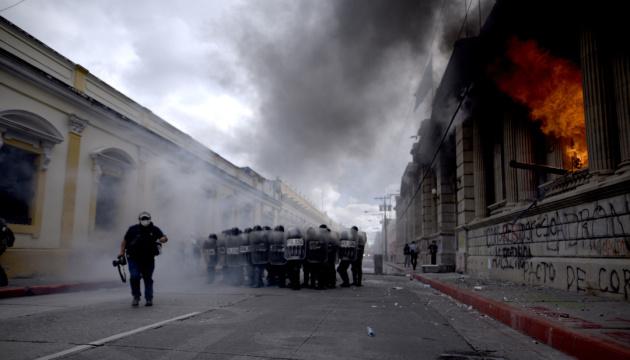 В Гватемале подожгли парламент из-за урезания бюджета страны
