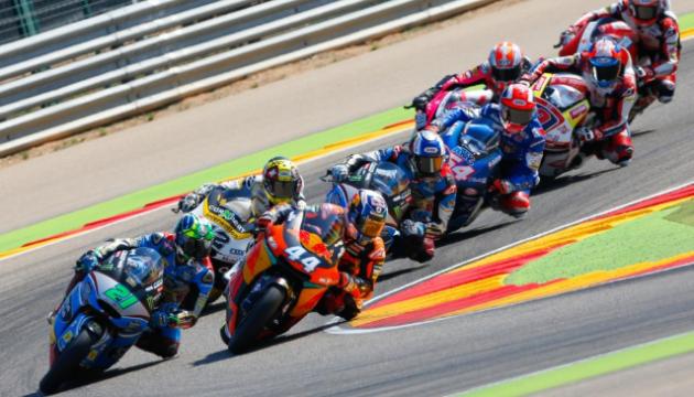 Испанский гонщик упал посреди трассы и чудом уклонился от 6 мотоциклов