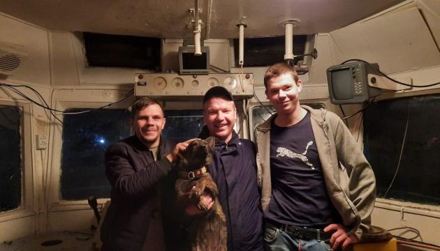 Моряк с буксира «Яны Капу» показал собаку Джесси, побывавшую в российском плену