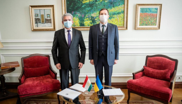 Yenin receives copies of credentials from newly appointed ambassador of Tajikistan