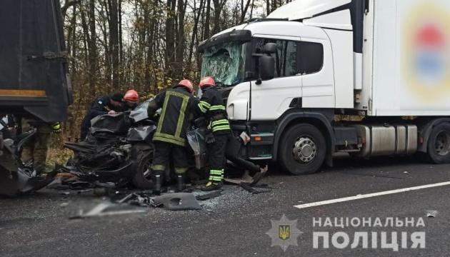 На Черкащині дві вантажівки затисли легковик: загинула жінка і дитина