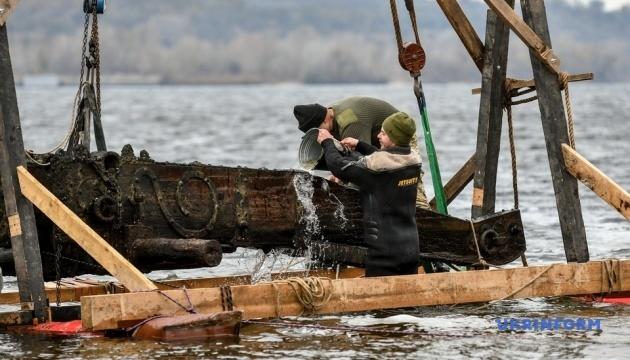 У Запоріжжі на дні Дніпра знайшли гарматний лафет часів козацтва