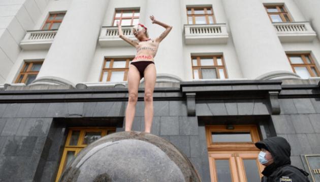 Violences faites aux femmes: une Femen manifeste devant la présidence à Kyiv