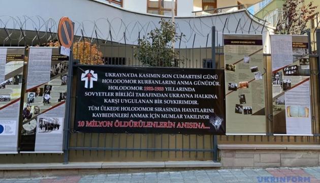 Біля посольства України в Анкарі відкрили виставку про Голодомор