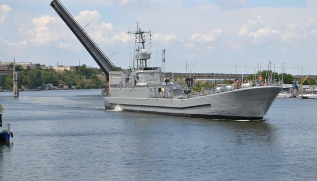 В Николаеве развели мосты, чтобы пропустить десантный корабль