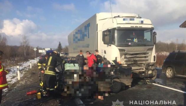 На Закарпатті зіткнулися легковик і вантажівка, п'ятеро загиблих