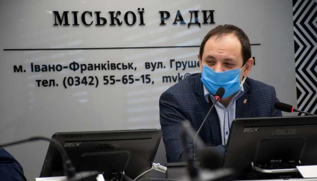 Мер Франківська пообіцяв звільнити посадовців, якщо вони не вакцинуються проти COVID-19