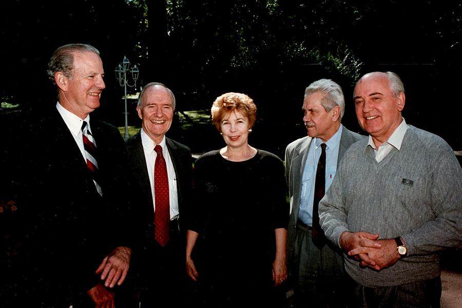 Анатолій Черняєр (другий справа) довгі роки був надійцним і довіреним помічником Михайла Горбачова