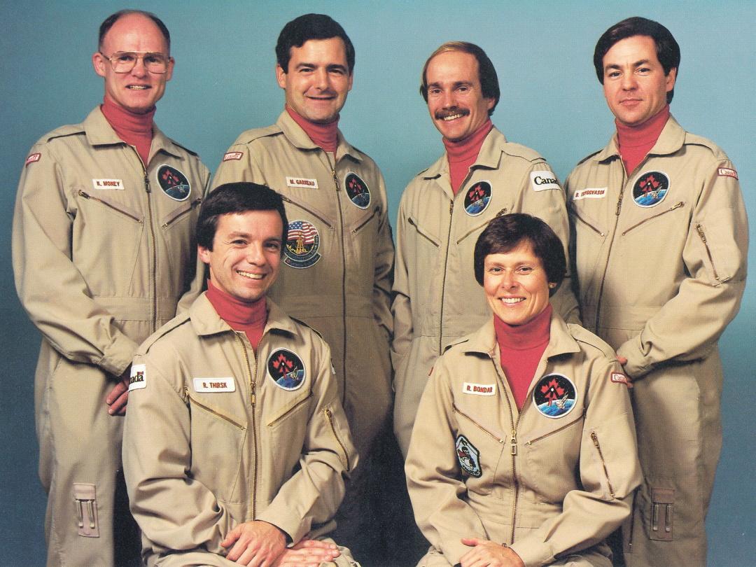 перші шість астронавтів Канадського космічного агентства_ стоять - зліва направо Кен Мані, Марк Гарно, Стів Маклін та Бьярні Триггвасон. Сидять - Роберт Тірск і Роберта Бондар, 1983 р.