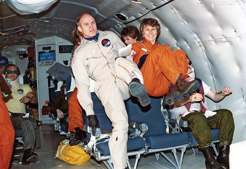 канадські астронавти Кен Мані та Роберта Бондар звикають до нульової гравітації_ тренування на борту літака НАСА_ 18 грудня 1984 р.