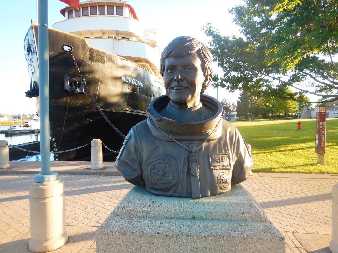 бюст першої канадської жінки-астронавтки у Парку Роберти Бондар в її рідному містечку Су-Сент-Марі, провінція Онтаріо