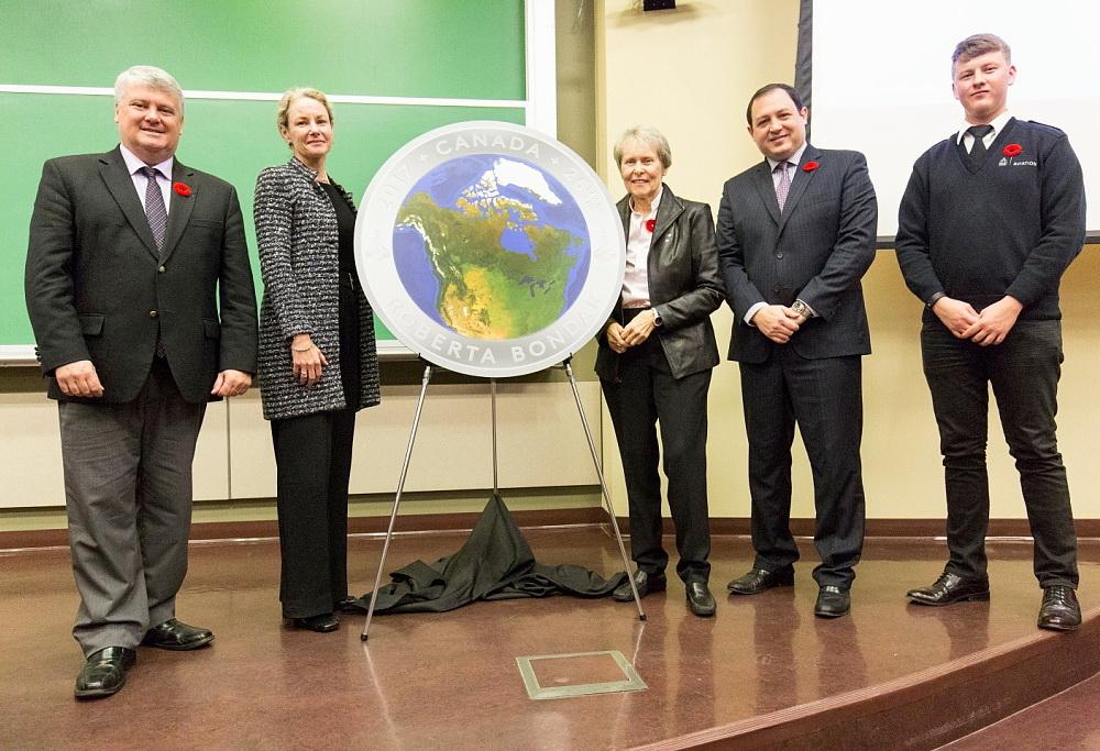 д-р Роберта Бондар (у центрі) під час  церемонії відкриття пам'ятної монети Монетного двору Королівської Канади Вид Канади з космосу, 1 листопада 2016 р.