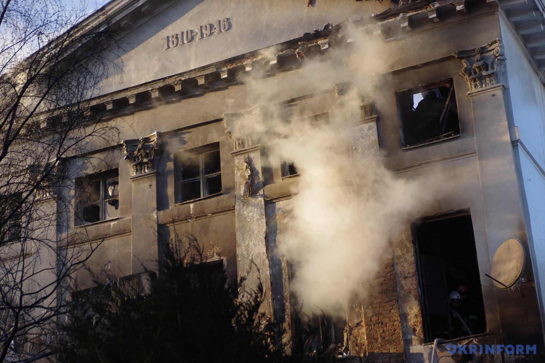 Наслідки пожежі в історичній будівлі в Полтаві / Фото: Сергій Пустовіт. Укрінформ