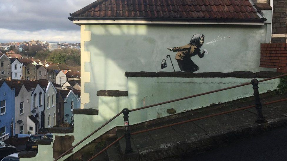 Бэнкси на новом граффити изобразил бабушку, которая чихает