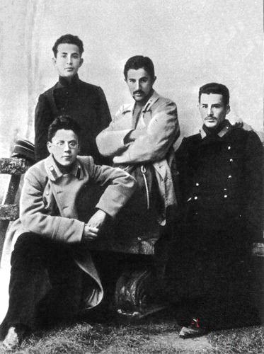 Самуїл Маршак (праворуч), за ним -Дмитро Войков, поруч - Микола Харито, Ялтинська чоловіча гімназія, 1906 р
