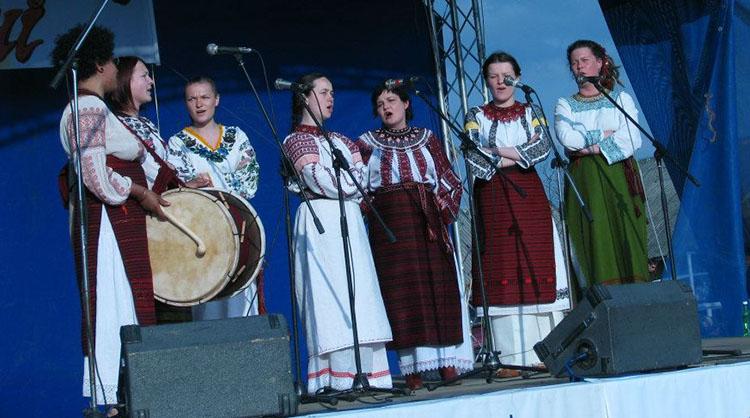 Жіночий співочий гурт «Відимо» під час концерту в Косові на Івано-Франківщині