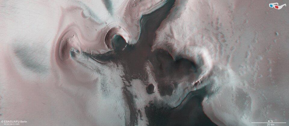 На Марсе нашли кратер со льдом, похожий на ангела