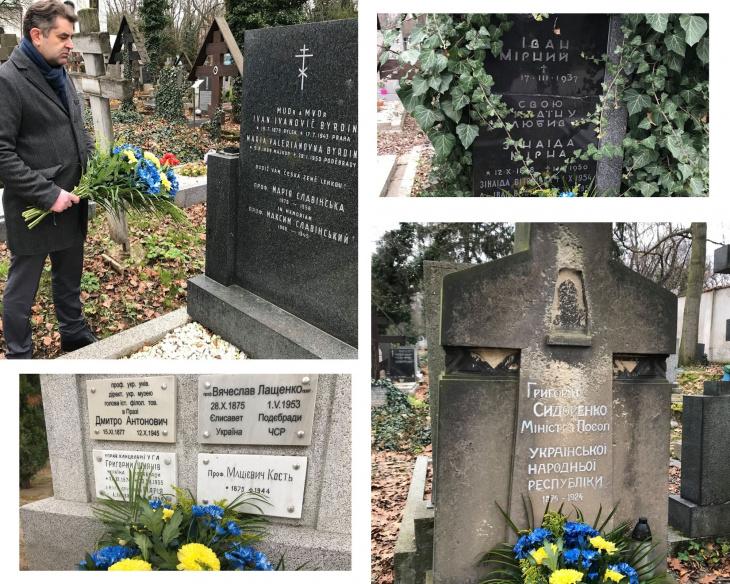 Євген Перебийніс кладе квіти до могил українських дипломатів у Чехії