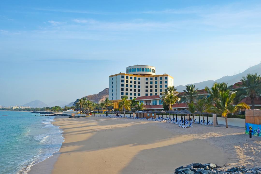 Пляж готелю Oceanic Resort & SPA на узбережжі Оманської затоки