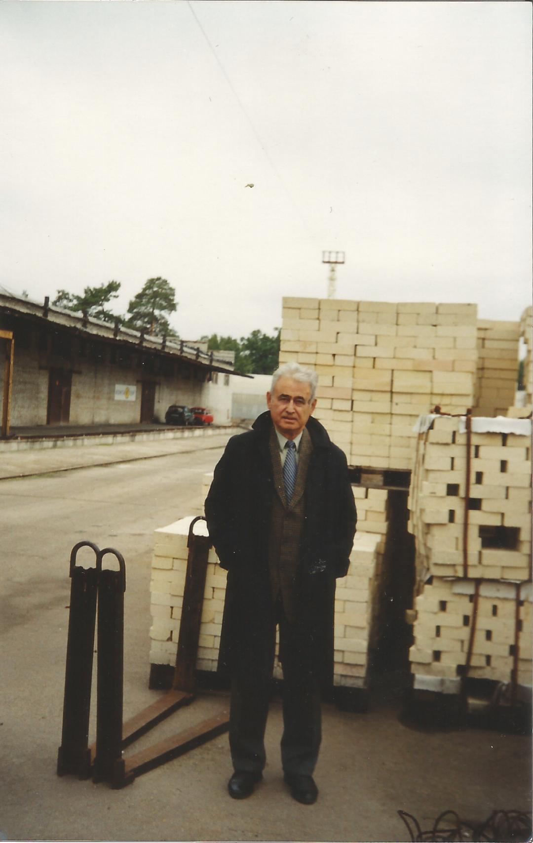 Георгій Кіроянц біля готової продукції підприємства