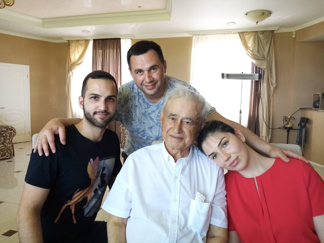 Фото 6 – Георгій Кіроянц з онуками