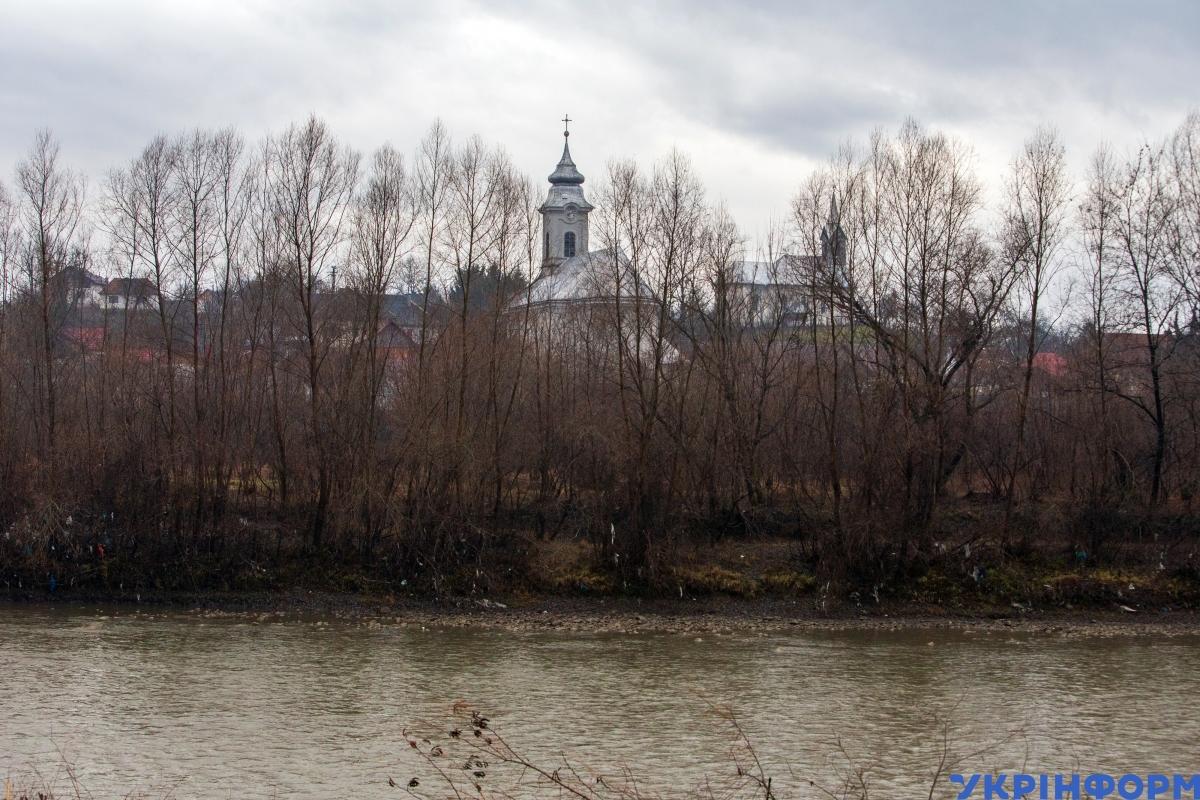 Церква в сусідньому селі, що належить до Румунії