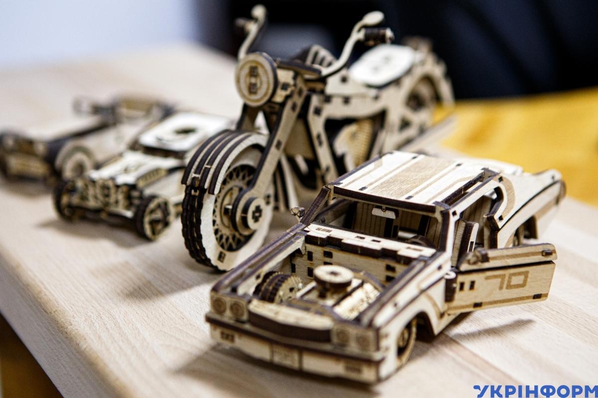 Дерев'яні моделі машин, які виготовляє Юрій Ткач