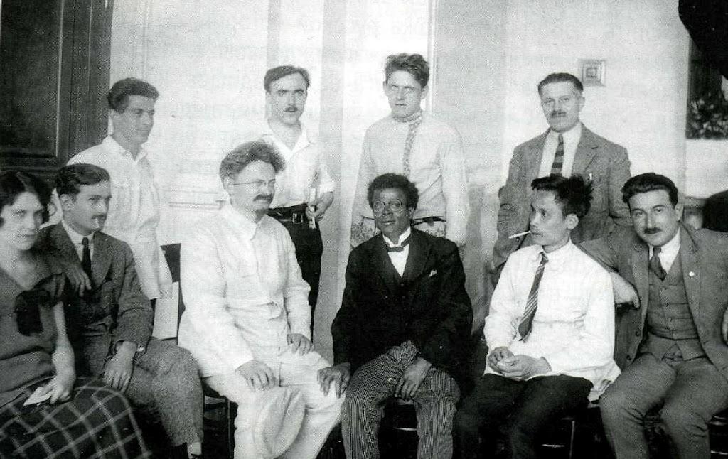 Троцький з групою делегатів V Конгресу Комінтерну. Москва, 1924. Хо Ши Мін - другий справа
