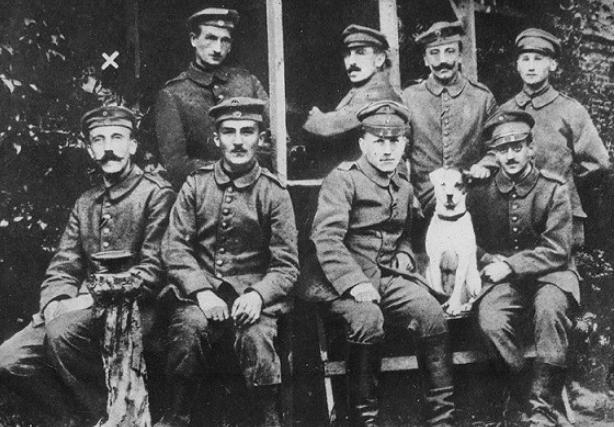 30-річний ефрейтор Гітлер (перший ліворуч)з однополчанами з 2-го Баварського полку