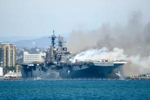 У США утилізують десантний корабель, який горів чотири дні