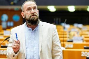Евродепутат от Венгрии подал в отставку после секс-вечеринки и нарушения карантина