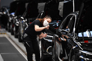 Daimler выплатит работникам по €1000 за маски и дистанционную работу