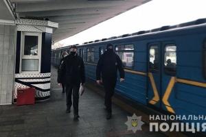 «Карантиные» рейды: полиция штрафует пассажиров без масок в столичном метро