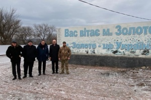 Ambassadors of Visegrad Four countries visit Zolote checkpoint