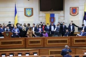 Перша сесія Одеської облради досі не відкрилася - трибуну блокують ще зранку