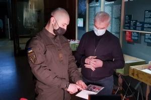 Марків передав до музею вишиванку, яку одягав на суд в Італії