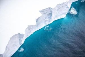 З'явилися фото гігантського айсберга, що дрейфує до острова в Атлантиці