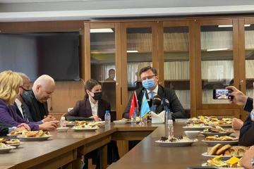 Кулеба представив Кримську платформу кримськотатарській громаді Туреччини
