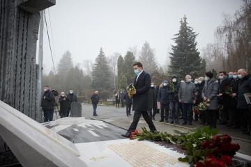Zelensky asiste a la inauguración del monumento a Leonid Kadeniuk