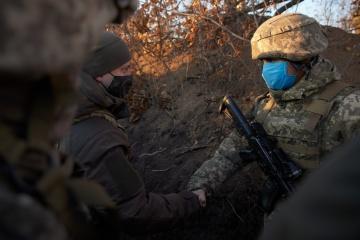 ゼレンシキー大統領、東部前線を訪問 軍人と面会