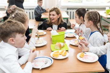 大統領夫人、学校給食改革を継続 新メニューを準備