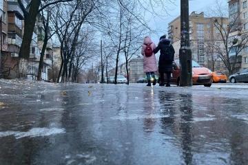 Alerte verglas : la capitale ukrainienne est devenue une patinoire