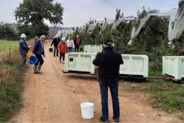 Les bénévoles de La Salle-et-Chapelle-Aubry font du jus de pomme pour aider les enfants d'Ukraine
