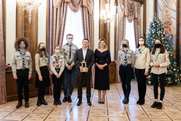 President and First Lady receive Peace Light of Bethlehem