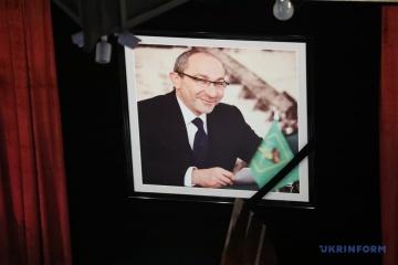 Charkiw: Tausende Leute nehmen Abschied von Bürgermeister Kernes