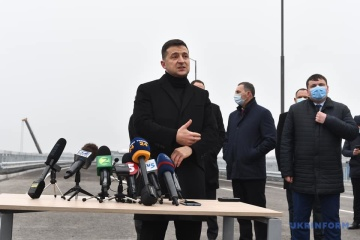 El presidente Zelensky abre un puente viga sobre el río Dniéper en Zaporiyia