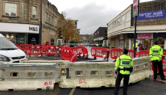 Чоловік з ножем напав на відвідувачок магазину у Британії